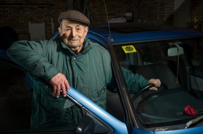 102-летний Джованни Риццо водит машину (2016 год). | Фото: napensii.ua.