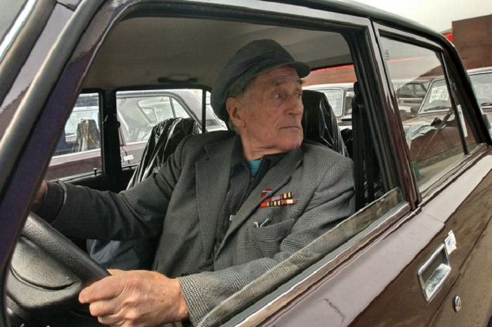 Пенсионер за рулем. | Фото: 10.rodina.news.