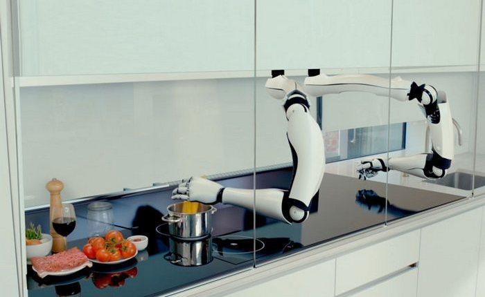 Робот готовит еду.