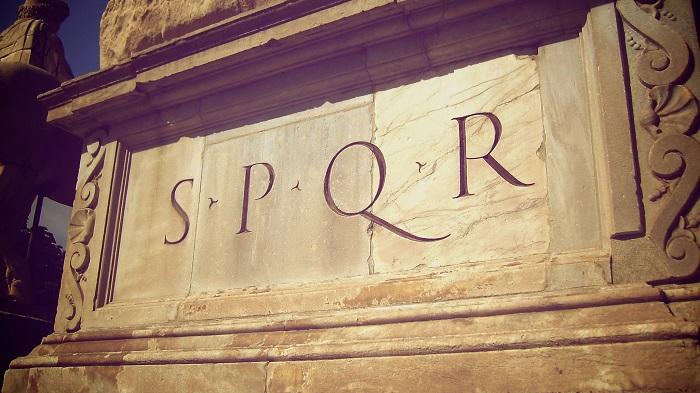 Аббревиатура времен Римской империи. /Фото: rock-cafe.info.