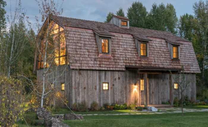 Из этого сарая сделали современный, уютный и комфортный дом.