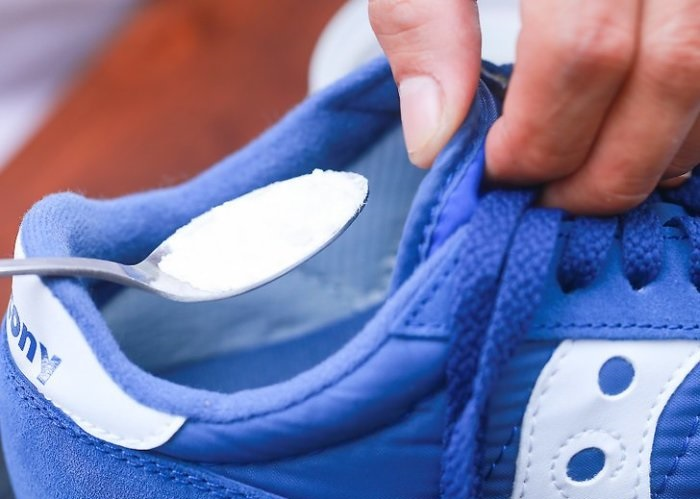 Можно насыпать в обувь. /Фото: wikihow.com.