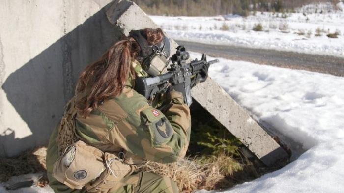 В армии Норвегии служат как мужчины, так и женщины. | Фото: bbc.com.
