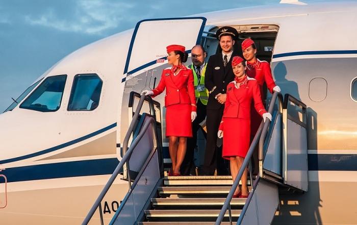 Почему стюардессы держат руки за спиной при посадке пассажиров на рейс. | Фото: avia2.ru.