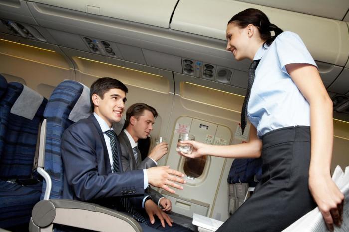Стюардессы должны быть дружелюбными со всеми пассажирами. | Фото: vecernji.hr.