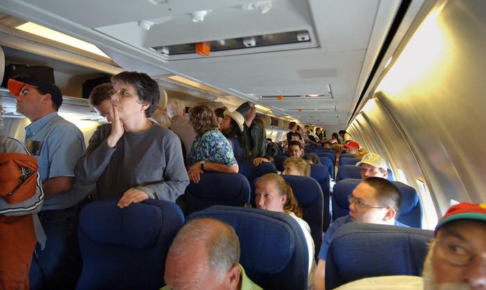 Посадка пассажиров в салон самолета. | Фото: cs12.pikabu.ru.