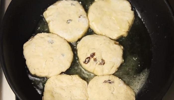 Обжарьте сырники на сковороде до румяной корочки.