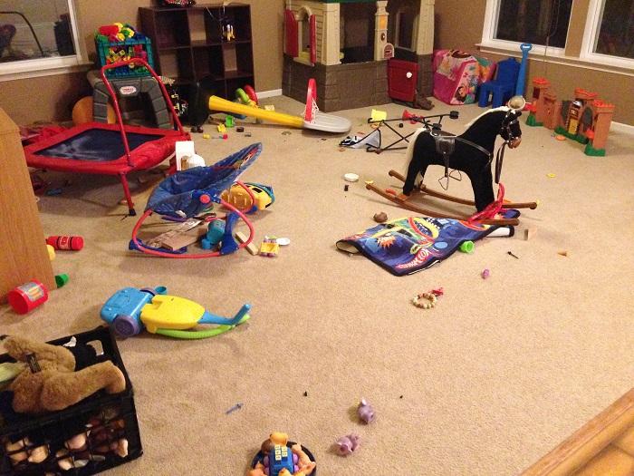 Все детские игрушки нужно прятать в системы хранения.