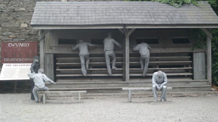 Памятник тем, кто «танцевал» на шаговой мельнице. | Фото: gojey.org.