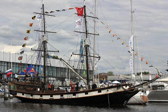 «Триумф» — действующее парусно-моторное двухмачтовое судно (бриг).