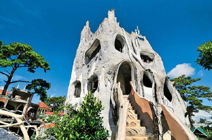 «Сумасшедший дом», напоминает огромное причудливое дерево.