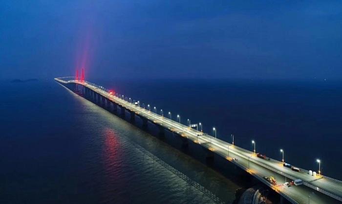 Самый длинный мост в мире соединил Гонконг, Чжухай и Макао (Китай).