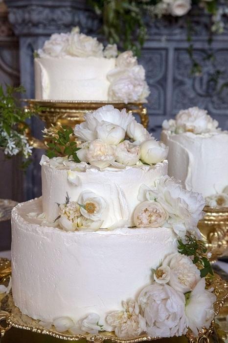 Королевский свадебный торт, украшенный живыми пионами.
