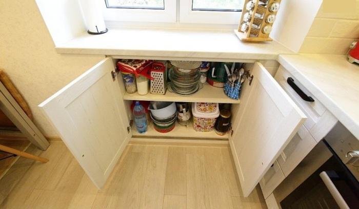 В нише удобно хранить посуду. / Фото: divoremont.ru