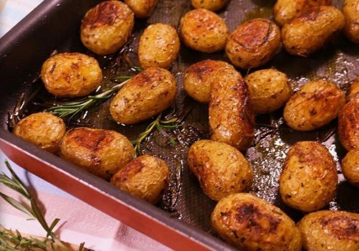 Картофель отправляется в духовку на 45 минут.