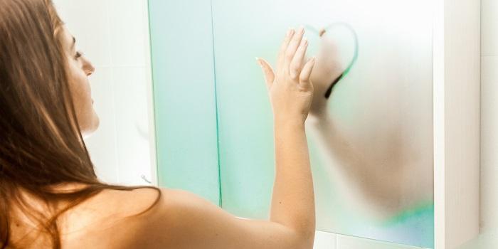 Зеркало запотело? А вам необходимо побриться, нанести крем либо ещё что. Направьте поток теплого воздуха фена, на зеркало, и никакого протирания!