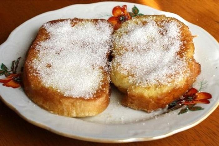 И без печенья хорошо, берешь кусочек хлеба чуть смачиваешь водой и посыпаешь сахаром.