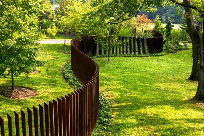 Вы можете сделать забор из дерева или металла. Сделайте его одноуровневым, волнами.  Воплощайте свои мечты и фантазии.