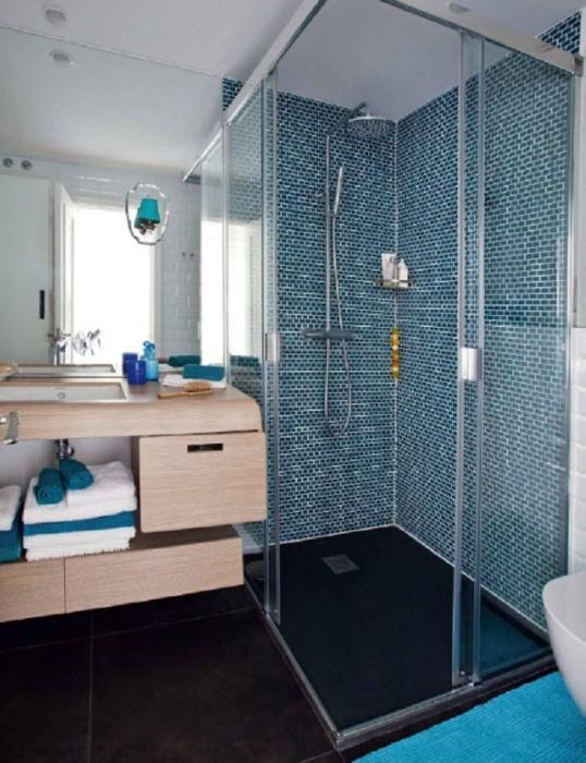 Если не хочется слишком светлую ванную, тогда добавьте в дизайн вашей ванной комнаты синие элементы.