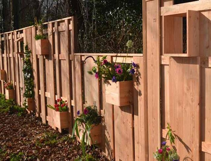 Без высаживания на грядках цветов. Идея интересная и кроме того украшает забор.