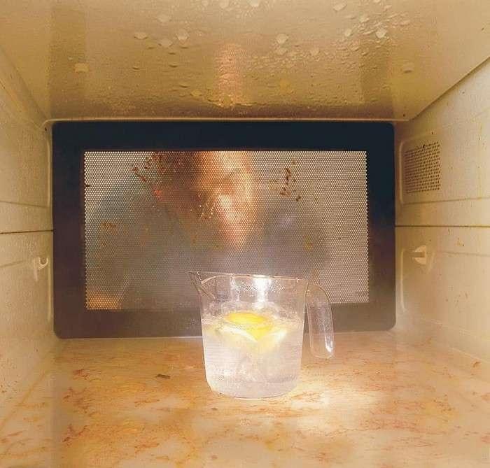 Для очистки микроволновки отлично подойдет уксус.