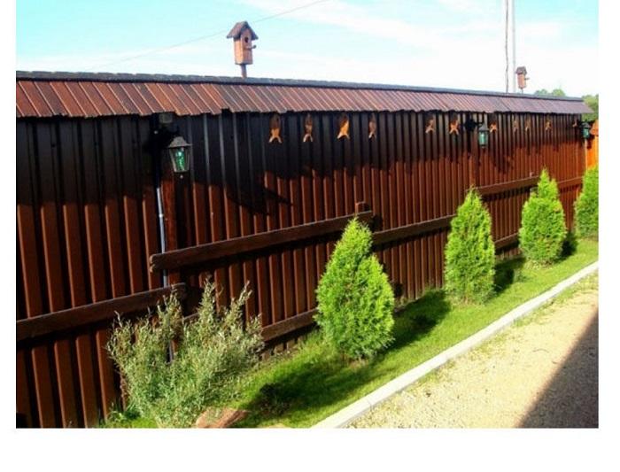Интересный деревянный забор с крышей.