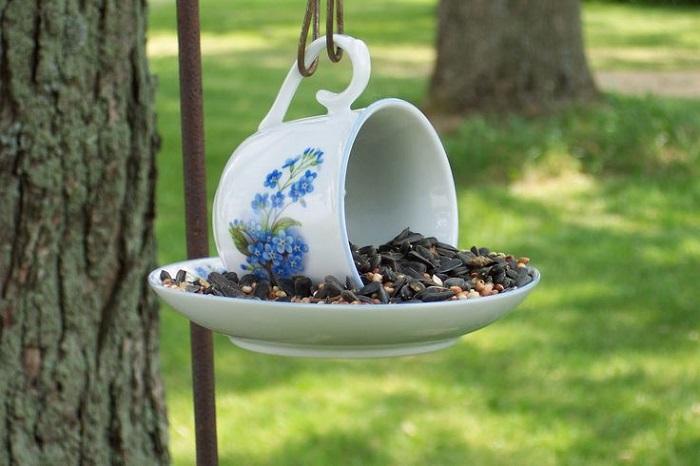 Такую кормушку можно повесить на дерево в парке, в лесу и у себя на дачном участке.