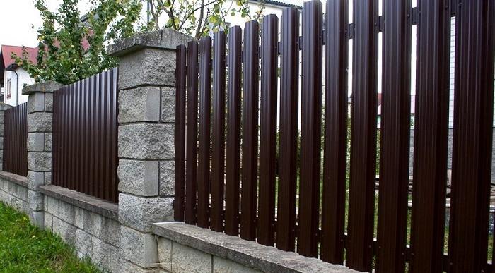 Этот забор хороший выбор для загородного домика. Не сильно вычурный и не броский, но со вкусом.
