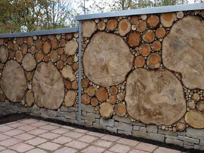 Такой забор интересен тем, что неважно какого размера будет сруб дерева и в какой очередности будет он сложен. Хаос, вот название такого забора.