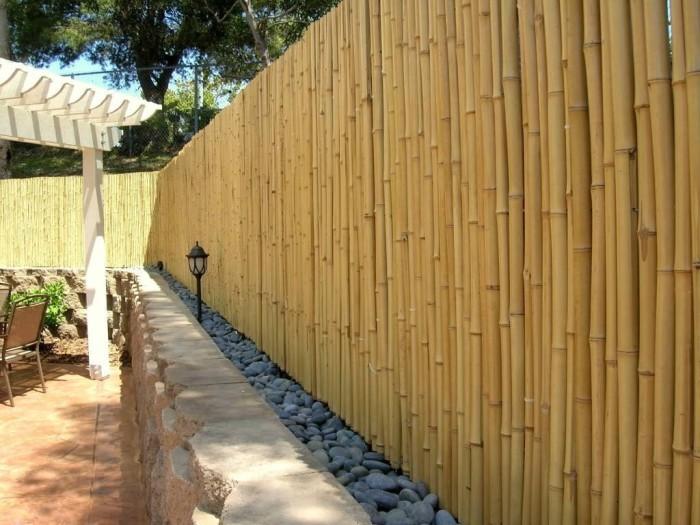 Бамбук всегда напоминает какие-либо острова, так устройте свое райское местечко огражденное бамбуковым забором.