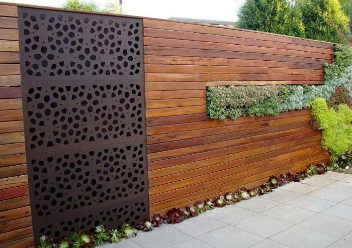 Для тех, кто шагает в ногу со временем. Современный забор из дерева с использованием озеленения и металлической вставки.