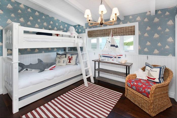 С виду обыкновенная кровать, но с помощью разных элементов комната будет преображена в морской стиль.