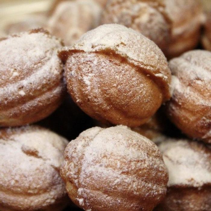 Орешки со сгущенкой готовились только по большим праздникам. Они всегда были и остаются лакомством для домочадцев.