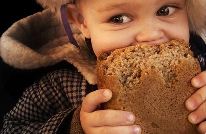 Во многих дворах было так: мама посылает за хлебом, а приносили его обгрызенным со всех сторон и без корочки.