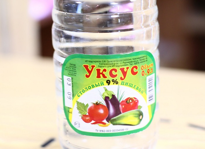 Уксус – хорошее дезинфицирующее и очищающее средство, которое избавит от неприятного запаха в помещении. Также им можно очистить пятна на одежде.