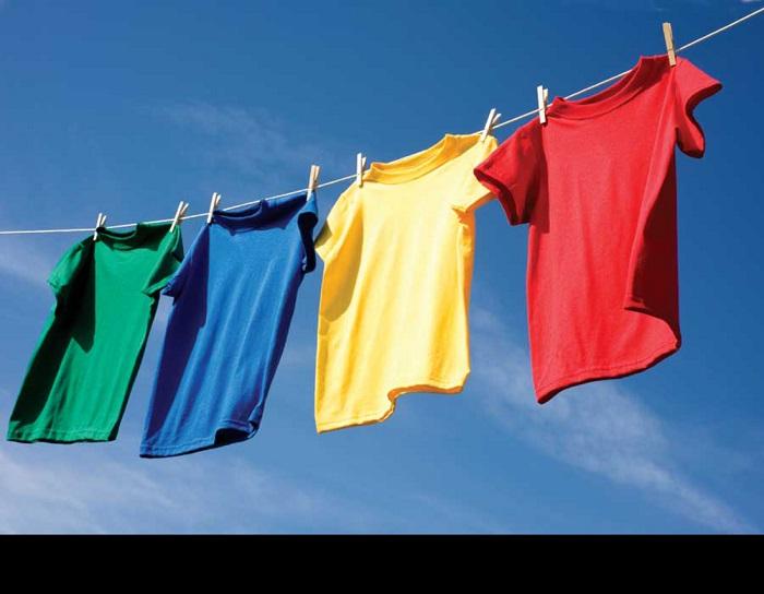 Защитите свои цветные вещи уксусом. При частых стирках у вещей пропадает насыщенность цвета.