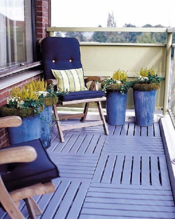 Открытый балкон в лиловых тонах замечательно впишется в любое время года.