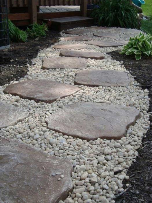 Потребуется насобирать камней с моря, а после использовать их для создания дорожки с частичкой моря.