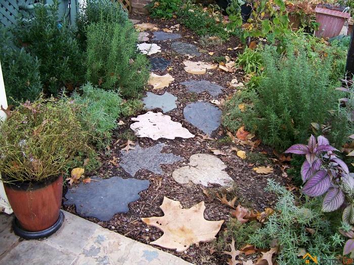 Здесь все просто. С помощью специальной формы создайте из бетона осенние разноцветные листочки, а после перенесите их на дорожку.