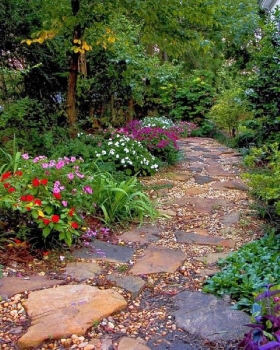 Эта идея интересна тем, что дорожка выложена частично из дикого камня, а дополнением послужат обыкновенные разноцветные камни.