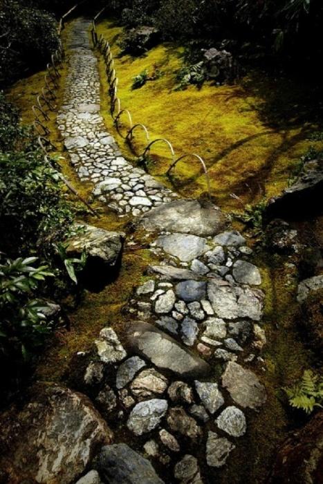 Дорожка из горного камня.