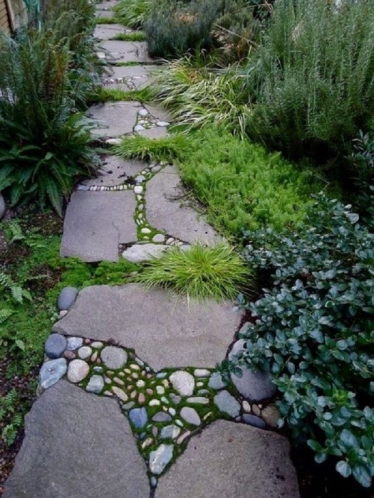 В этой дорожке есть дикий камень, галька и зеленые насаждения. Эта композиция выглядит просто волшебно.