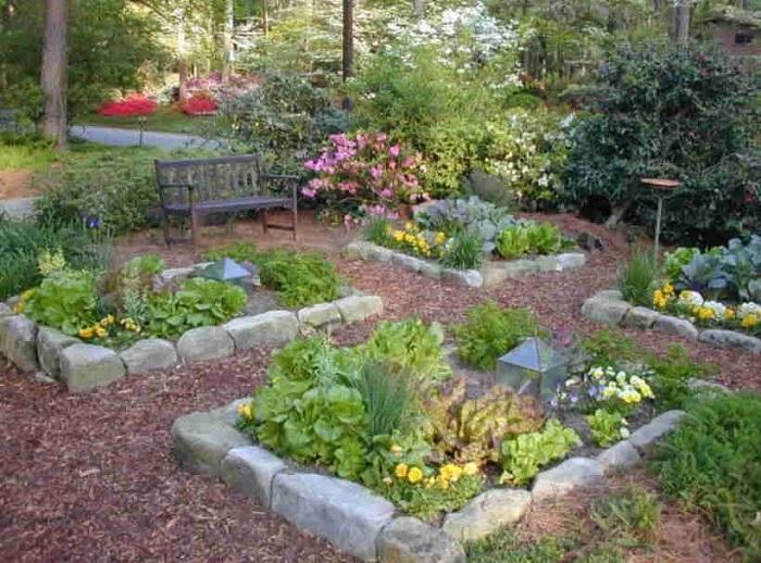 Оградка из камня для огорода будет смотреться необычно и интересно.