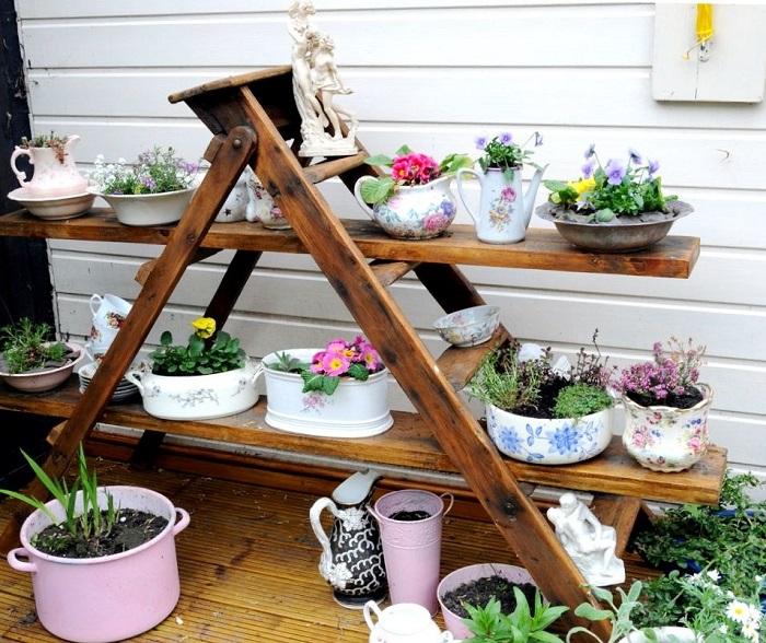 Не стоит тратить деньги на стойки для цветов, если дома есть не нужная лестница.