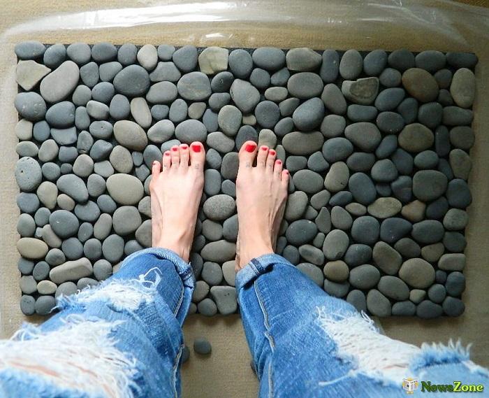 Что может быть проще, чем коврик, сделанный из камней, которые вы привезли с моря.