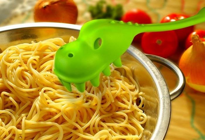 С помощью такой ложки будет удобно накладывать спагетти.