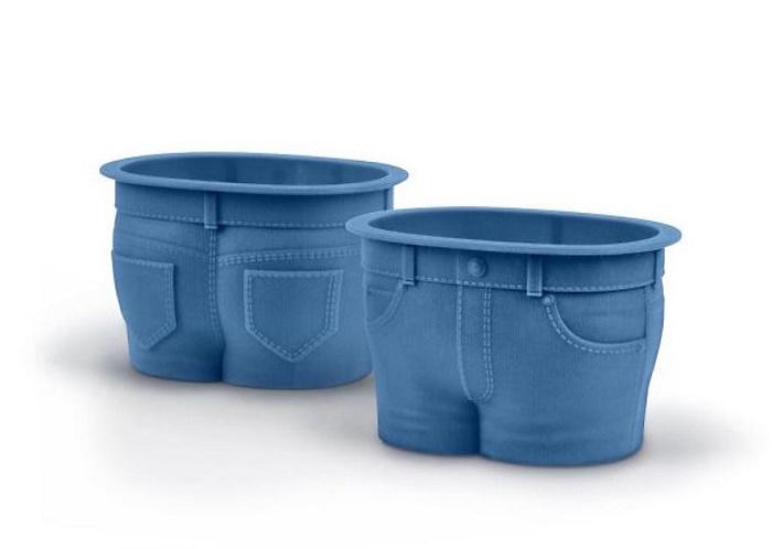 Детям все необычное всегда в радость, вот и кексы в форме штанишек будут съедаться за обе щечки.
