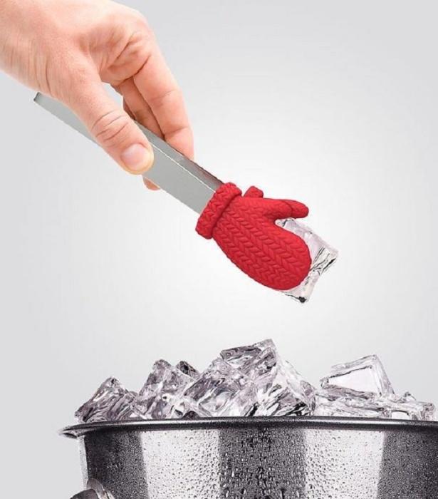 Щипцы с интересным дизайном в виде варежек будут украшать вашу кухню.