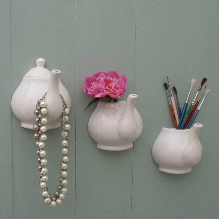 Использовать настенные навесные чайники можно как для держателя украшений, мини-вазочки для цветка и подставки для кисточек.