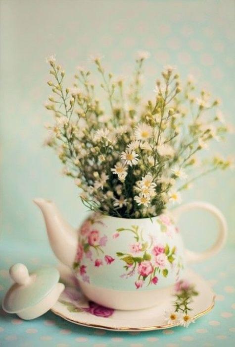 Можно не тратиться на вазу для маленьких цветов и букетов, такую вазу вы можете сделать из старого чайника.